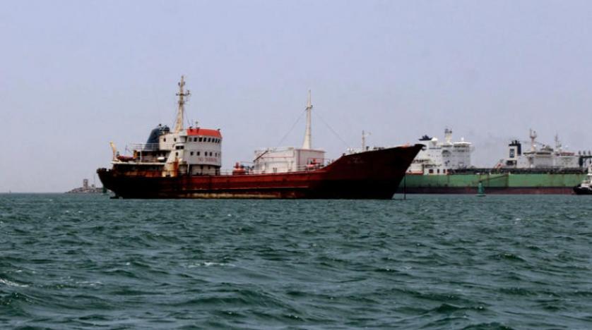 سحب أربع سفن متهالكة بعد غرق واحدة في ميناء عدن