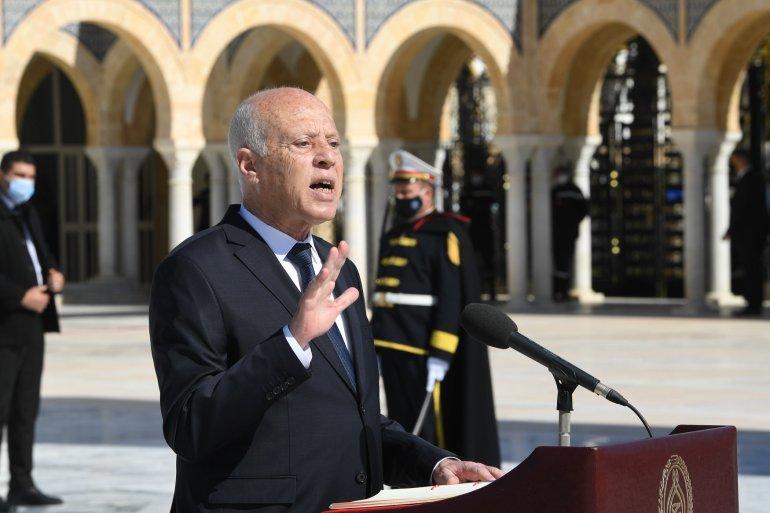 الرئيس التونسي يجمد عمل البرلمان ويرفع الحصانة عن النواب