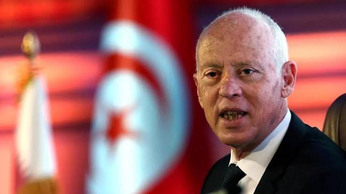 عاجل.. الرئيس التونسي يعفي رئيس الوزراء من منصبه