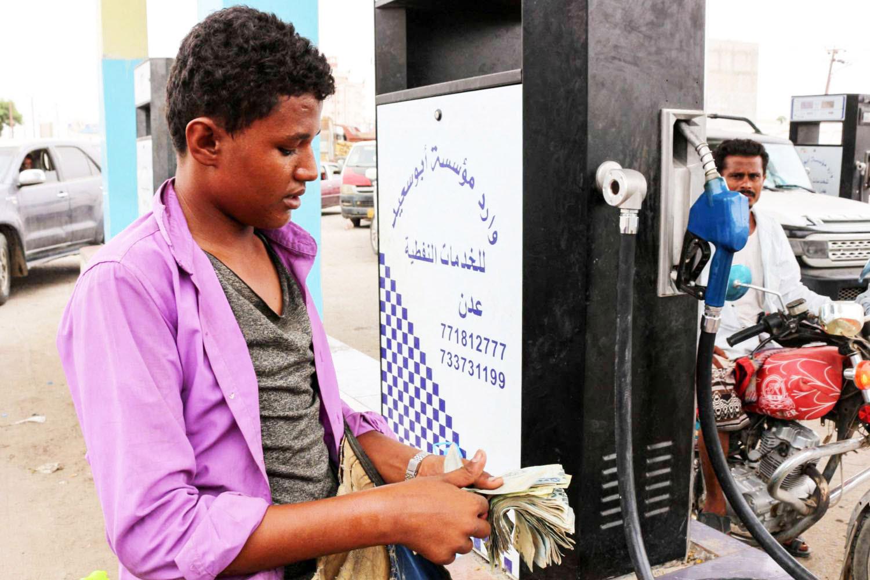 """صحيفة بريطانية : """"لعنة"""" أسعار الوقود تلاحق الشرعية اليمنية"""